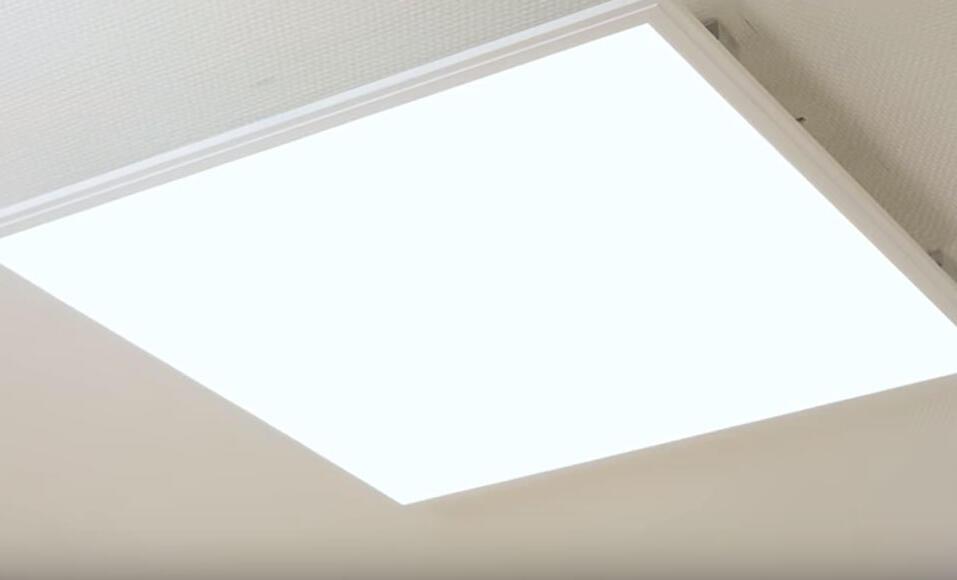 Comment fixer des LED au plafond ?